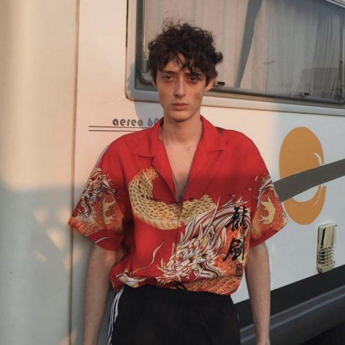 alequi vistiendo camisa dragon balenciaga tendencias