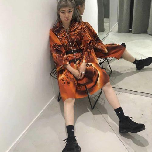 naranja vistiendo camisa dragon balenciaga tendencias